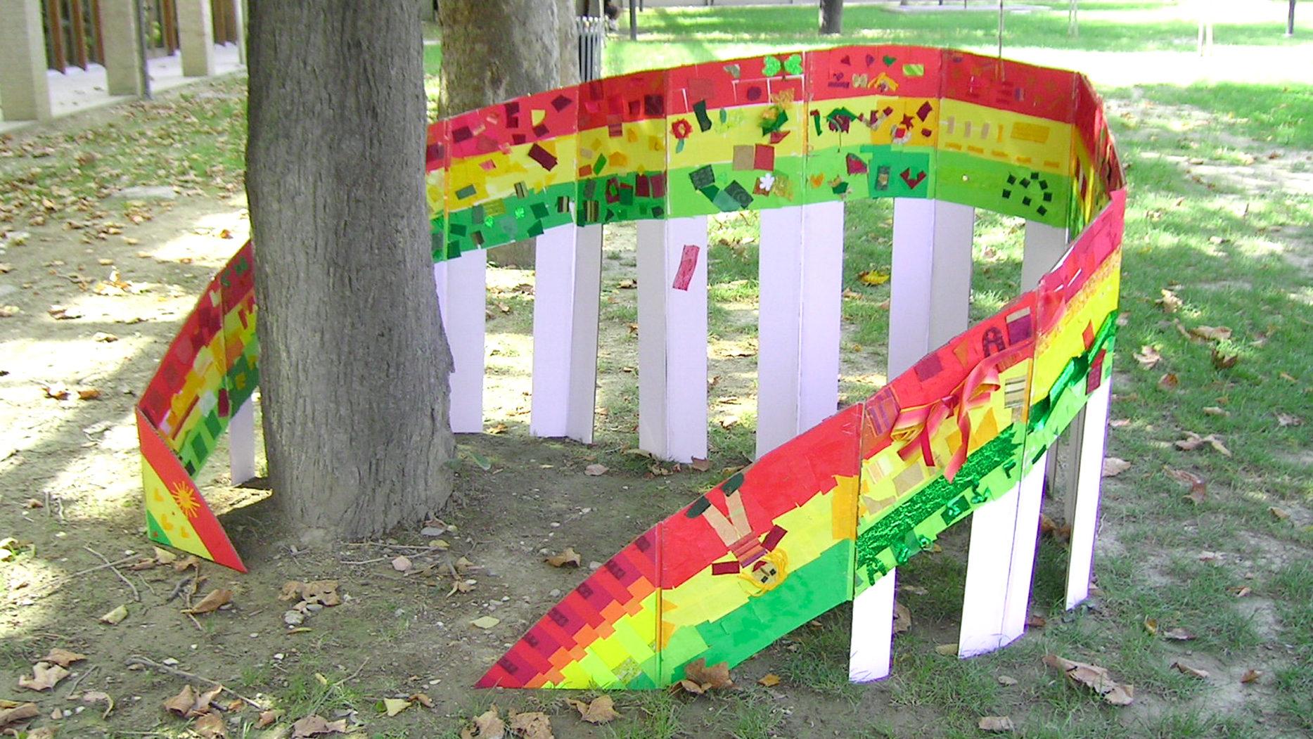 un arcobaleno di cartone auto-costruito in un laboratorio collettivo